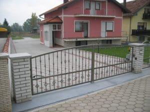 S automatskim motorom za vrata i ograde podignite dojam Vašeg doma i zaštite parkirna mjesta od neželjenih gostiju.