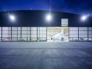 Butzbach hagarska vrata. Najpouzdanija hangarska vrata na globalnom tržištu. Operativni procesi u zrakoplovnoj industriji, ali i u ostalim industrijama koje se bave proizvodnjom ili skladištenjem velikih proizvoda, zahtijevaju visoku razinu organizacije, učinkovitosti i pouzdanosti. Hangarska vrata Butzbach u potpunosti zadovoljavaju te uvjete.
