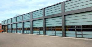 Sekcijska vrata Butzbach Sectiolite ST40T za siguran prolaz radnih strojeva i pješaka.