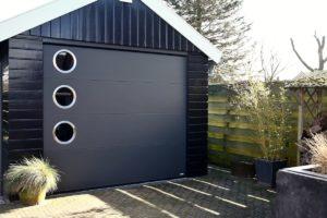 Ako tražite garažna vrata sa specifičnim, odnosno dizajnerskim izgledom, razmislite o seriji garažnih vrata Design-Line. Izrada svakih garažnih vrata iz ove serije je potpuno individualizirana i potpuno prilagođena Vašim željama.
