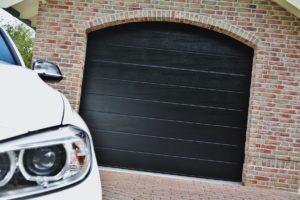 Naša najprodavanija garažna vrata High-Line pružaju savršenu kombinaciju trajnosti, funkcionalnosti i privlačnosti. Ova serija dolazi u varijanti s tri vrste teksture: Woodgrain, Stucco i Satin.